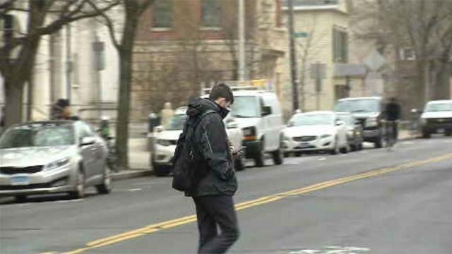 Yale committee takes on 'don't text and walk' pledge (WFSB)