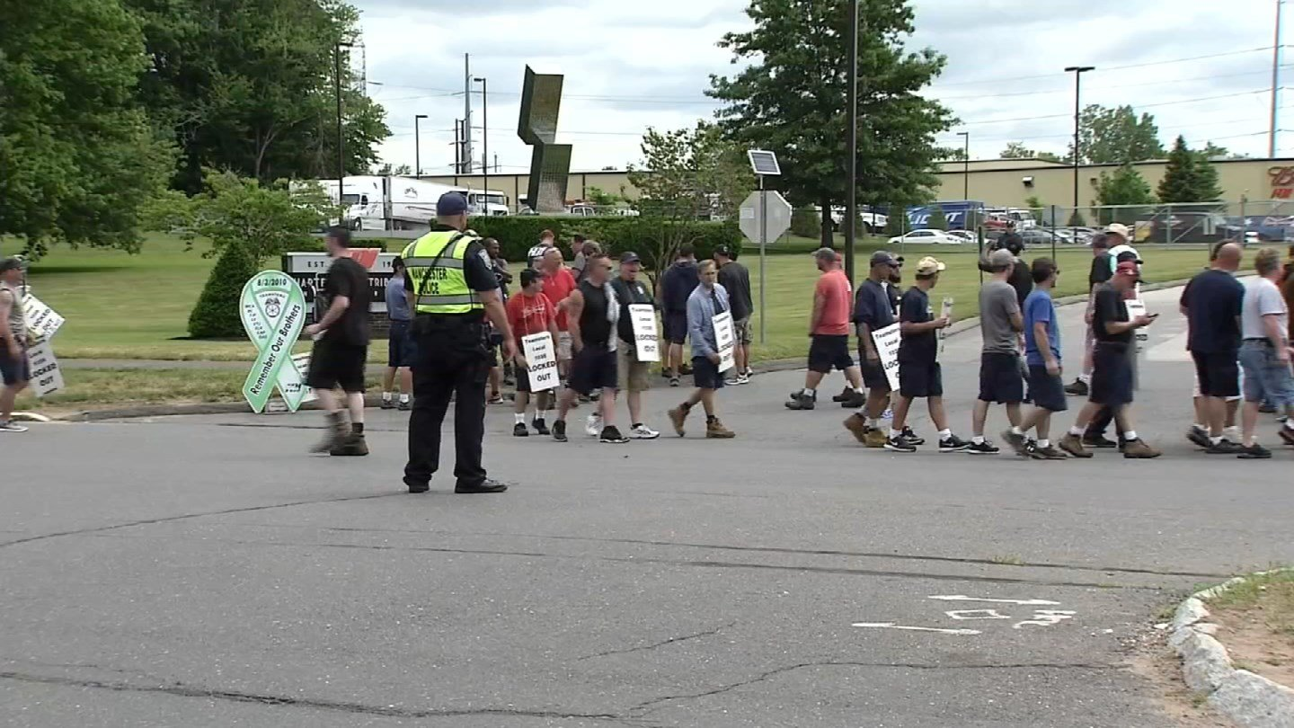 Protesters returned to the front of Hartford Distributors in Manchester Thursday. (WFSB photo)
