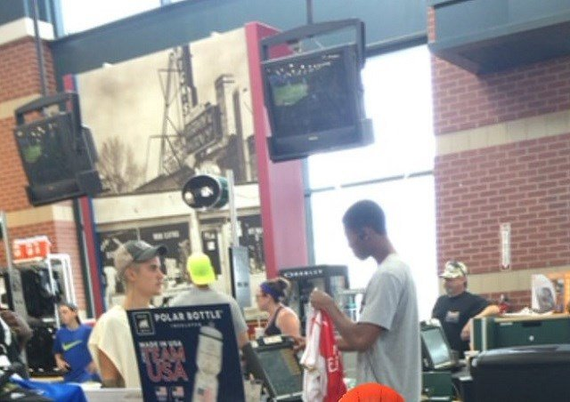 Justin Bieber at Dick's Sporting Goods on Sunday (Brenden Race @6_brace)