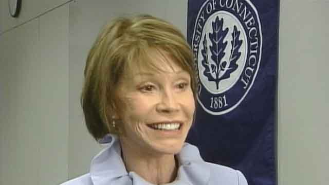 Mary Tyler Moore visited UConn in 2002 (WFSB)