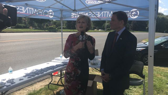 Denise D'Ascenzo talks with U.S. Sen. Richard Blumenthal about the donation drive. (WFSB)