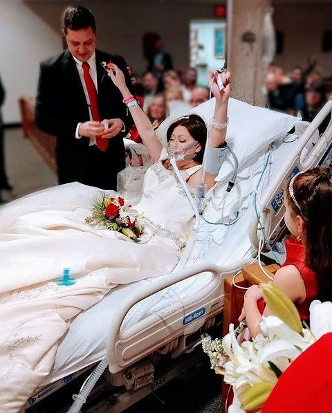 Woman with cancer marries in hospital hours before her death