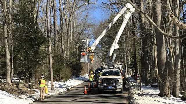 Eversource crews working to restore power (WFSB)