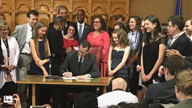 Gov. Malloy signs the pay equity bill to help women (WFSB)