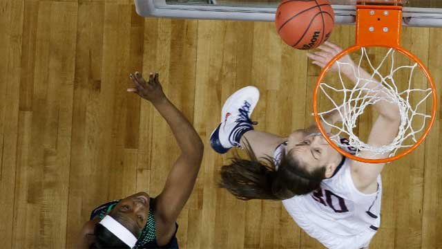 UConn forward Breanna Stewart (30) shoots against Notre Dame guard Jewell Loyd (32) during the first half of the championship game  (AP photo)