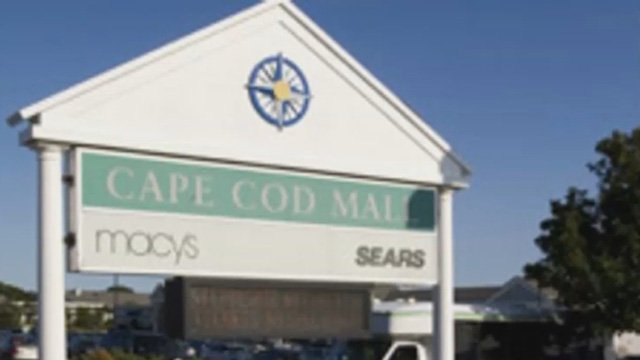 The soldiers were last seen at this mall over the weekend. (CBS photo)