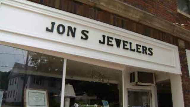Watertown police search for jewelry store thieves (WFSB)