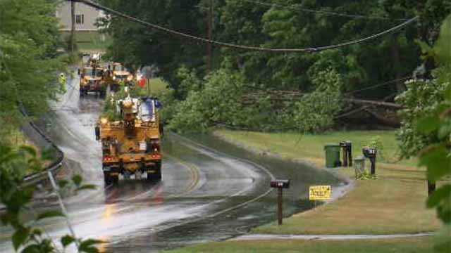 Downed tree, wires on Meriden Avenue knocks out power to hundreds in Southington (WFSB)