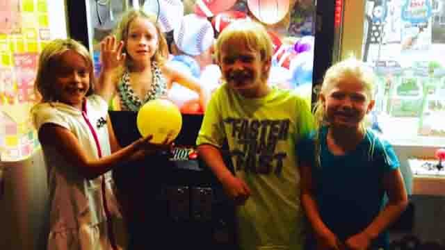 """6-year-old girl gets stuck inside """"claw"""" arcade game (CBS News)"""