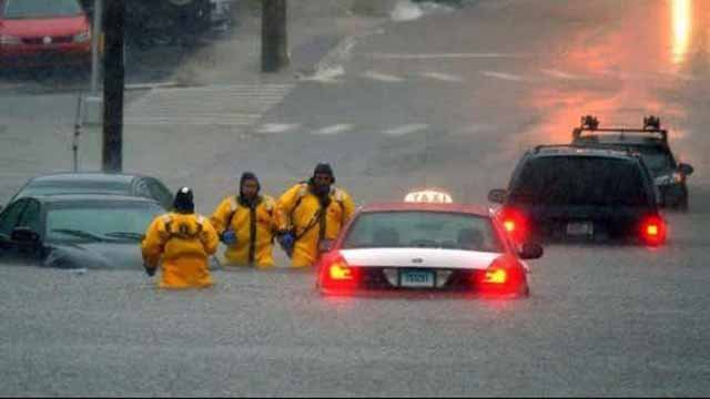 Cars get stuck on Bank Street in New London because of flooding (iwitness)