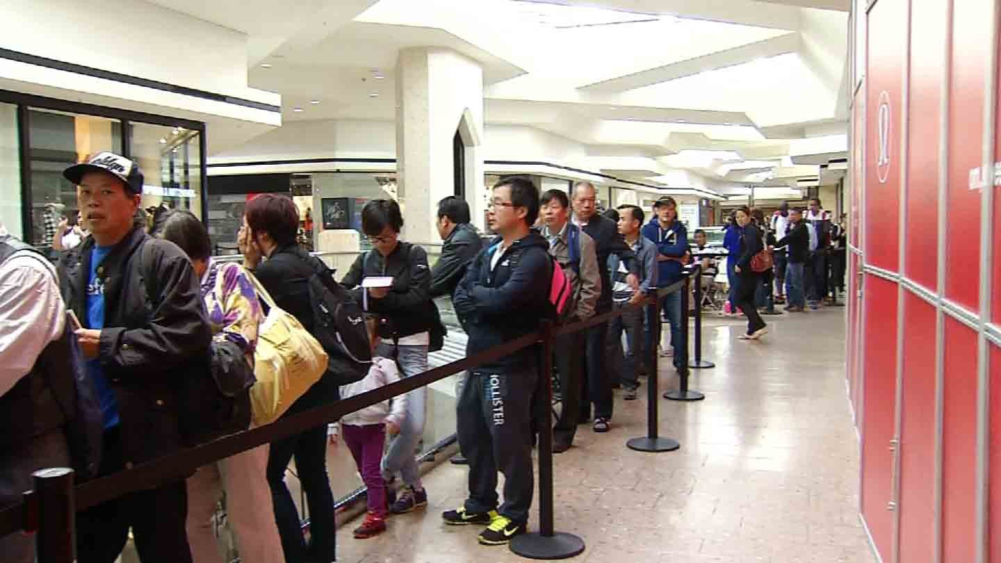 Hundreds of people lined up at the Apple store in the Westfarms mall. (WFSB photo)