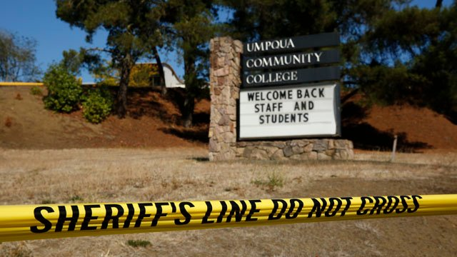 A sign welcomes students back to Umpqua Community College, Monday, Oct. 5, 2015, in Roseburg, OR. (AP photo)