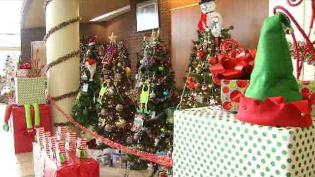 Oxford students host tree auction for young girl battling cancer (WFSB)