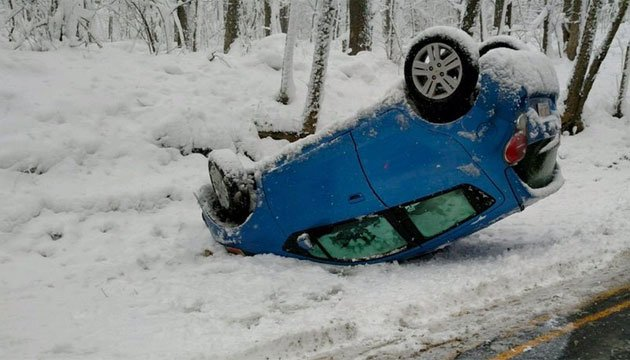Gaylord Mountain Road was temporarily closed due to rollover. (@HAMDENPOLICECT)